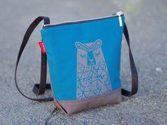 Taika-laukku sai innoituksensa taianomaisesta Lapin luonnosta.   Laukussa on 20 cm metallivetoketju, ja kapea säädettävä puuvillainen olkahihna. Sisällä on kännykkätasku ja haka esim. avaimille.