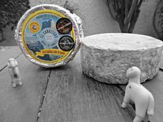 """Queso azul 100% leche de oveja. Con su etiqueta amarilla y sus pegatinas de premiso brilla como el sol.  Galardonado con un bronce en los World Cheese Awards 2016 en la categoría """"Mejor queso azul del mundo elaborado con leche de oveja"""".  Nuestra quesería fue premiada también con una plata en la categoría """"Mejor nuevo queso azul del mundo"""".  Elaboramos un nuevo concepto de queso en los Picos de Europa empleando únicamente leche de ovejas y/o cabras de ganadería propia. Son quesos azules…"""