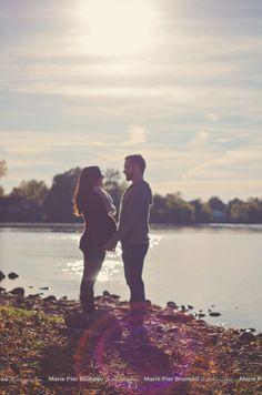 Maternity photography idea. Outdoor. River. lake. water. Golden hour. Sunset. . Love. Couple. Photo de maternité Extérieur rivière. lac. Eau. Couché de soleil. Couple. . amour. Photographie Idées.