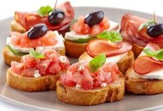 A great topping for your favorite Salmon and Seafood dishes. Tapas Recipes, Vegetarian Recipes, Cooking Recipes, Healthy Recipes, Aubergine Pizza, Focaccia Bread Recipe, Creamy Dill Sauce, Seafood Appetizers, Gastronomia