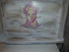 Cassetto con volto di donna stile rinascimentale, dipinto a mano e poi invecchiato.