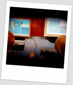 Öppen källkod i förskola – Peda Malmö http://webapps2.malmo.se/pedagogmalmo/2014/04/04/oppen-kallkod-i-forskolan/ Scratch http://scratch.mit.edu/ är gjort för att lära barn att programmera. Det är ett visuellt programmeringspråk utvecklat på MIT. Scratch ger möjlighet att skapa interaktiva program och berättelser genom att mixa ihop grafik, animationer,  foton, musik och ljud. Man bygger ihop block av händelser med klotsar. Det tar inte många min för treåringarna att få grepp om Sctatch.