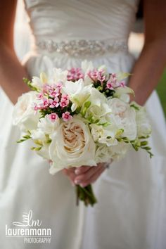 Ok know that the attention is on the flowers but Omb love the wedding dress!!!!!
