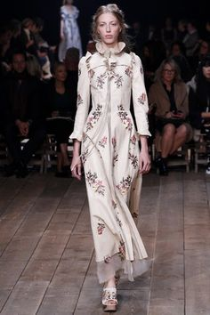See the complete Alexander McQueen Spring 2016 Ready-to-Wear collection.