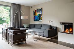LC2 Designersessel Cobusier - Wohnzimmer Einrichtungsidee - Feuerstelle - Eckkamin https://modecor.com/Le-Corbusier-LC2-Sessel-mit-schwarzem-Leder
