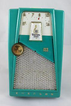 Vintage-Emerson-888-Explorer-Nevabreak-Transistor-Radio-Green Retro Vintage, Vintage Items, Radio Antigua, Pocket Radio, Vintage Dishware, Old Technology, Art Deco Movement, Retro Radios, Antique Radio