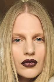 Nude make -up met donkere lippen
