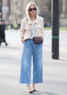 Look com calça cropped jeans e casaqueto Chanel.