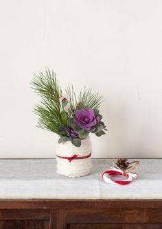 洋風のおうちにも和風のおうちにも似合う、紅白の毛糸を使ったお正月の花飾りです。/暮らしの花飾り(「はんど&はあと」2012年1月号)