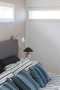 Makuuhuoneeseen on saatu kontrastia kivipinnotteisella Tunto Kivellä. #trendit  #tikkurila #maalit #maalaaminen #sisustus #tunto #mökki #asuntomessut #hiekka #makuuhuone  #seinä #efekti #paint #interior #design #scandinavian