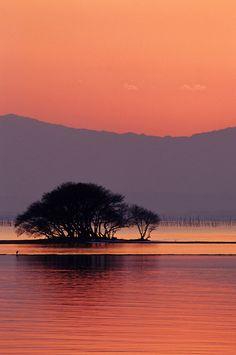 Winter sunset in Lake Biwa, Shiga, Japan 琵琶湖 冬の夕景色─背景は湖西の山々─滋賀県