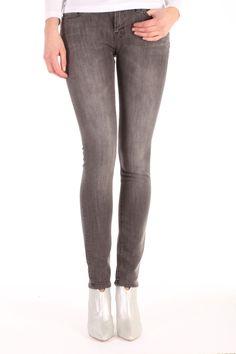 De Sharp VGS2 van Denham is gemaakt van katoen met elasthan.  Het is een skinny fit jeans met een lichte wassing en een slank silhouette.  Sharp VGS2 - 02-13-11-11-003.