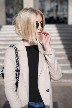 taglio-capelli-corti-donna-carré-asimmetrico-capelli-biondi-giacca-beige-maglia-nera