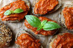 Pasta z suszonych pomidorów i świeżych ziół Potrzebne nam będzie:  - słoik suszonych pomidorów, kupny lub własnej roboty (zdrowszy i smaczniejszy! - przepis na suszone pomidory znajdziesz na samym dole) wraz z 2 łyżkami zalewy - szklanka świeżych ziół, ja wykorzystałam bazylię i rozmaryn - z własnej doniczki - 2 obrane ząbki czosnku - szczypta świeżo zmielonego czarnego pieprzu  sposób podania: - listka bazylii do dekoracji - świeża, pełnoziarnista bagietka lub inne ulubione pieczywo