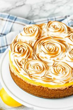 This Lemon Meringue Cheesecake is made with a rich and creamy lemon cheesecake base topped with a tart lemon curd and fluffy meringue. If you're looking for the ultimate lemon dessert, look no further! Source by Related posts: Lemon Meringue Cheesecake Lemon Desserts, Köstliche Desserts, Delicious Desserts, Dessert Recipes, Plated Desserts, Lemon Curd Dessert, Meringue Desserts, Appetizer Recipes, Cookie Recipes