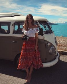 Jessica Stein - saia-midi-vermelha-etnica-top-ombro - saia midi - verão - street style | No melhor estilo verão, as saias midi podem ser usadas no look praia. A estampa étnica e o top ornam perfeitamente com o ambiente.