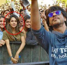 Girl In Shahrukh Khan Pune Selfie Creating Buzz (शाहरुख खान की सेल्फी में ये कौन हैं? एक सेल्फी ने बनाया स्टार)
