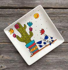 J'ai le plaisir de vous présenter cet article de ma boutique #etsy : Assiette décorative ou vide-poche en Porcelaine - Cactus chat et oiseaux - Peint à la main par Isabelle Malo #cactus #cactus #disegni