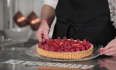 La crostata di frutta è un dessert classico della pasticceria: una base di pasta frolla riempita di crema pasticcera e decorata con fragole o frutta fresca.