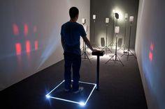 "Instalação sonora interativa ""XYZ"" de Raquel Kogan."