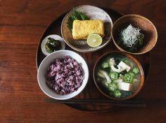 2017.8.6 昼食 黒米ご飯、豆腐と揚げとオクラと若布の味噌汁、だし巻き玉子とへべす、胡瓜としらすの酢の物、手作りキュウちゃん漬 #おうちごはん #昼ごはん #昼食 #ランチ #一汁三菜 #和食 #うつわ #器 #instafood #foodstagram #japanesefood #lunch