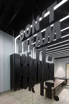Uncover the 2015 Nike Tech Pack Assortment and the Spectacular Nike Studio in Beijing, China - Fitness Home Gym Decor, At Home Gym, Gym Interior, Modern Interior Design, Asian Interior, Studio Interior, Nike Tech, Peking, Plafond Design