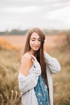 This photographer used golden hour to create beautiful, soft light in their portraits. Field Senior Pictures, Senior Photos Girls, Senior Girls, Road Pictures, Spring Pictures, Portrait Poses, Senior Portraits, Portrait Photographers, Girl Portraits