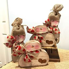 47 Inspiring Rustic Valentines Decor Ideas On A Budget - About-Ruth Christmas Wood Crafts, Primitive Christmas, Christmas Snowman, Christmas Projects, Winter Christmas, Holiday Crafts, Christmas Ornaments, Country Christmas, Christmas Trees