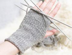 Blogissa helppo neuleohje kämmekkäiden eli sormettomien hanskojen neulomiseen. Näillä vilukissakin tarkenee, eikä kuumaverisempikään varmasti pahastu!
