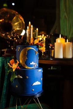 Alternative Wedding Inspiration with Celestial Blue Wedding Cake Alternative 1920 Hochzeit Inspiration mit Celestial Blue Hochzeitstorte This image has. Flapper Wedding, 1920s Wedding, Blue Wedding, Prohibition Wedding, 1920s Party, Alternative Wedding Cakes, Alternative Bride, Vintage Glam, Vintage Table