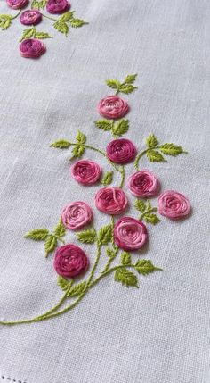 how to do brazilian embroidery stitches Brazilian Embroidery Stitches, Hand Embroidery Videos, Embroidery Stitches Tutorial, Hand Work Embroidery, Embroidery Flowers Pattern, Simple Embroidery, Silk Ribbon Embroidery, Hand Embroidery Designs, Embroidery Techniques