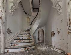 Abandoned Mansion For Sale, Old Abandoned Buildings, Abandoned Castles, Abandoned Mansions, Old Buildings, Abandoned Places, Florida Mansion, Usa House, Mansion Interior