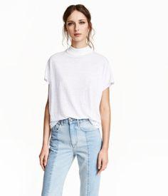 Weites Jerseyshirt aus Leinenmischung. Modell mit Stehkragen.