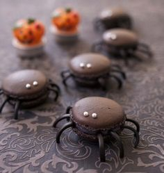 Recipe Spider macarons and licorice macaroons recipe Halloween Desserts, Halloween Cupcakes, Postres Halloween, Halloween Food For Party, Halloween Treats, Halloween Diy, Halloween Macaroons, Haloween Cakes, Uk Wedding Cakes