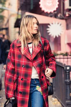 When model Camille Rowe invited us to be her plus 1 for her weekend lineup of parties—three to be exact—we couldn't really say no. Mode Style, Style Me, Camille Rowe Style, Look Street Style, Plaid Fashion, Style Icons, Celebrity Style, Style Inspiration, Tartan
