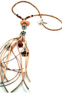 Ketting langvan o.a.houtenmookaite jasper steen metvetersmetmuntenhalfedelsteen. Stijl: western, gypsy, bohemian Afmetingen:Lengteinclusief hanger ca. 60 cm Materiaal:hout, mookaite, halfedelsteen, cateye, leer, imitatie suède, metaal (nikkelvrij) Kleur:geel,rood,roze(kleuren van de mookaite), licht bruin, roestbruin Metaalkleur:antiek zilver Catena staat voor zeer exclusieve trendy handmade sieraden (kettingen, armbanden, oorbellen), ontworpen in eigen atelier in verschillende…