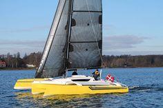 Dragonfly 25 Sport trimaran sailing upwind
