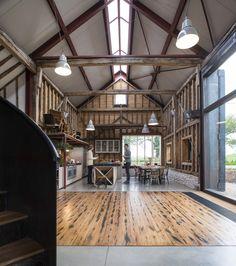 Construido en 2015 en Folkestone, Reino Unido. Imagenes por Keith Collie, Will Scott . El diseño evita el lenguaje de la típica conversión de un granero,transformandoel conjunto histórico de edificios agrícolas en una escapada...