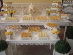 Estilo Provençal.  Decoração batizado em amarelo