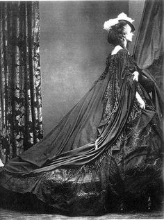 The Countess of Castiglione was obsessed with her own beauty, and meticulously art directed hundreds of portraits of herself over the course of her life. History Of Photography, Vintage Photography, Victorian Photography, Historical Costume, Historical Photos, Feminist Art, Photographic Studio, Photo Projects, Rock
