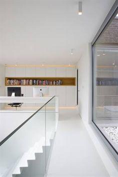 Bureau op overloop met trap en glazen borstwering