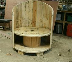 DIY Old Rustic Wood Furniture Projects Outdoor chair made of a cable reel and pallet wood.Outdoor chair made of a cable reel and pallet wood. Pallet Furniture Plans, Rustic Wood Furniture, Pallet Chair, Furniture Projects, Diy Furniture, Pallet Benches, Outdoor Furniture, Furniture Stores, System Furniture