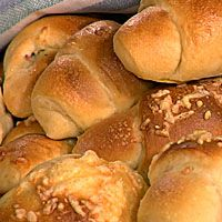 Crescent rolls with ham and cheese, delicious! I add 2 ts Italian Seasoning as well as coarse ground rye flour - - yum! Rye Flour, Yeast Bread, Ham And Cheese, Crescent Rolls, 20 Min, Italian Seasoning, Creative Food, Horns, Cake Recipes