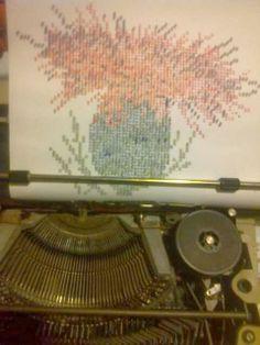 Es un dibujo hecho con signos de maquina de escribir a todo color.