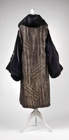 Coat, 1920's, cotton velvet, inside brocade,  Dorotheum Vintage… 1920s Style, Flapper Style, 1920s Evening Dress, Evening Dresses, Vintage Outfits, Vintage Clothing, 1920 Women, Coats For Women, Clothes For Women