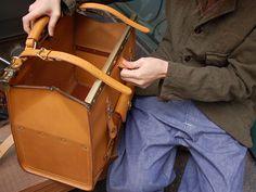 Gladstone Bag(グラッドストン・バッグ)(P-2)はクラシカルな口枠パンタフレームを使用した革鞄です。「HERZ(ヘルツ)公式通販」