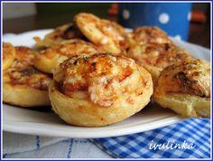 Zapneme troubu na 180°C. Listové těsto rozložíme (pokud není rozválené, rozválíme do velkého čtverce) a rozkrojíme na půl. Obě části pomažeme... Baked Potato, Shrimp, Pizza, Potatoes, Meat, Baking, Ethnic Recipes, Food, Potato