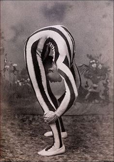 Vintage circus sideshow contortionist Clowns are creepy but I love the circus! Mad Men, Rockabilly, Vintage Photographs, Vintage Photos, Arte Punch, Circus Vintage, Vintage Circus Performers, Vintage Carnival, Circus Photography