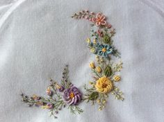 This Pin was discovered by Phy Hand Embroidery Patterns Flowers, Ribbon Embroidery Tutorial, Border Embroidery Designs, Hand Embroidery Videos, Hand Work Embroidery, Simple Embroidery, Silk Ribbon Embroidery, Embroidery Art, Cross Stitch Embroidery