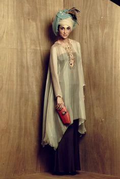 Melinda Looi Muslim Fashion, Hijab Fashion, Fashion Outfits, Womens Fashion, Traditional Fashion, Traditional Dresses, Modern Kebaya, Modest Wear, Muslim Dress